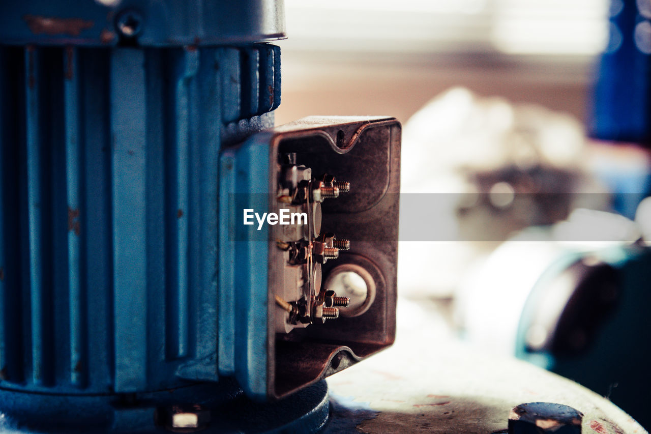 metal, no people, close-up, old, focus on foreground, day, rusty, industry, selective focus, outdoors, machine part, technology, machinery, transportation, decline, deterioration, door, architecture, garage