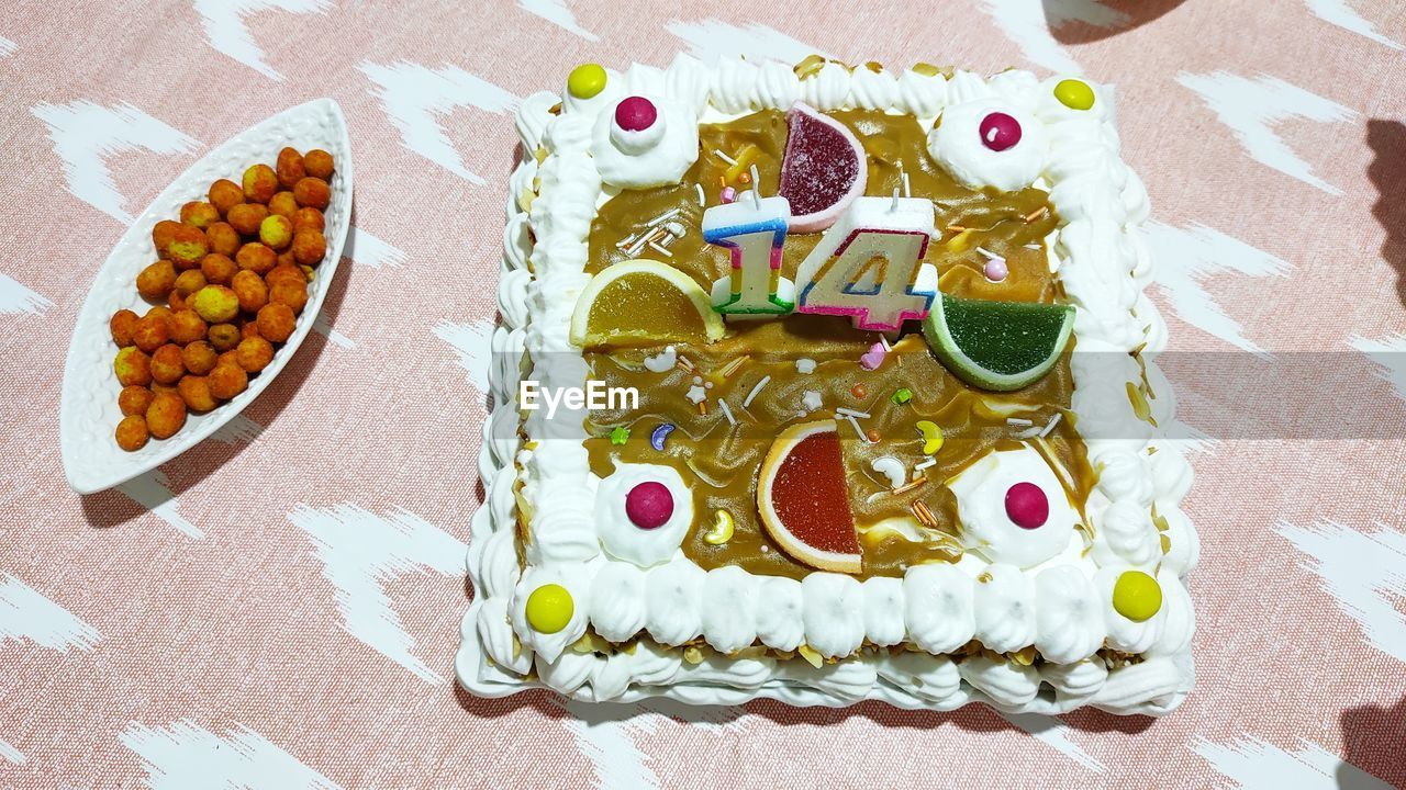 HIGH ANGLE VIEW OF CAKE WITH BREAD ON TABLE