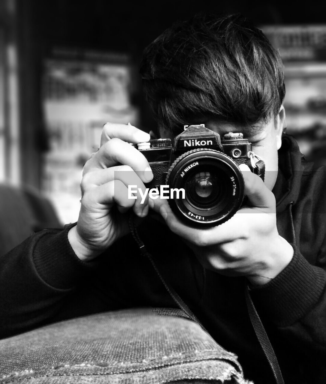 photography themes, camera - photographic equipment, real people, photographing, one person, holding, focus on foreground, leisure activity, digital camera, photographer, technology, childhood, digital single-lens reflex camera, indoors, headshot, camera, concentration, boys, lifestyles, slr camera, day, close-up, human hand, adult, people