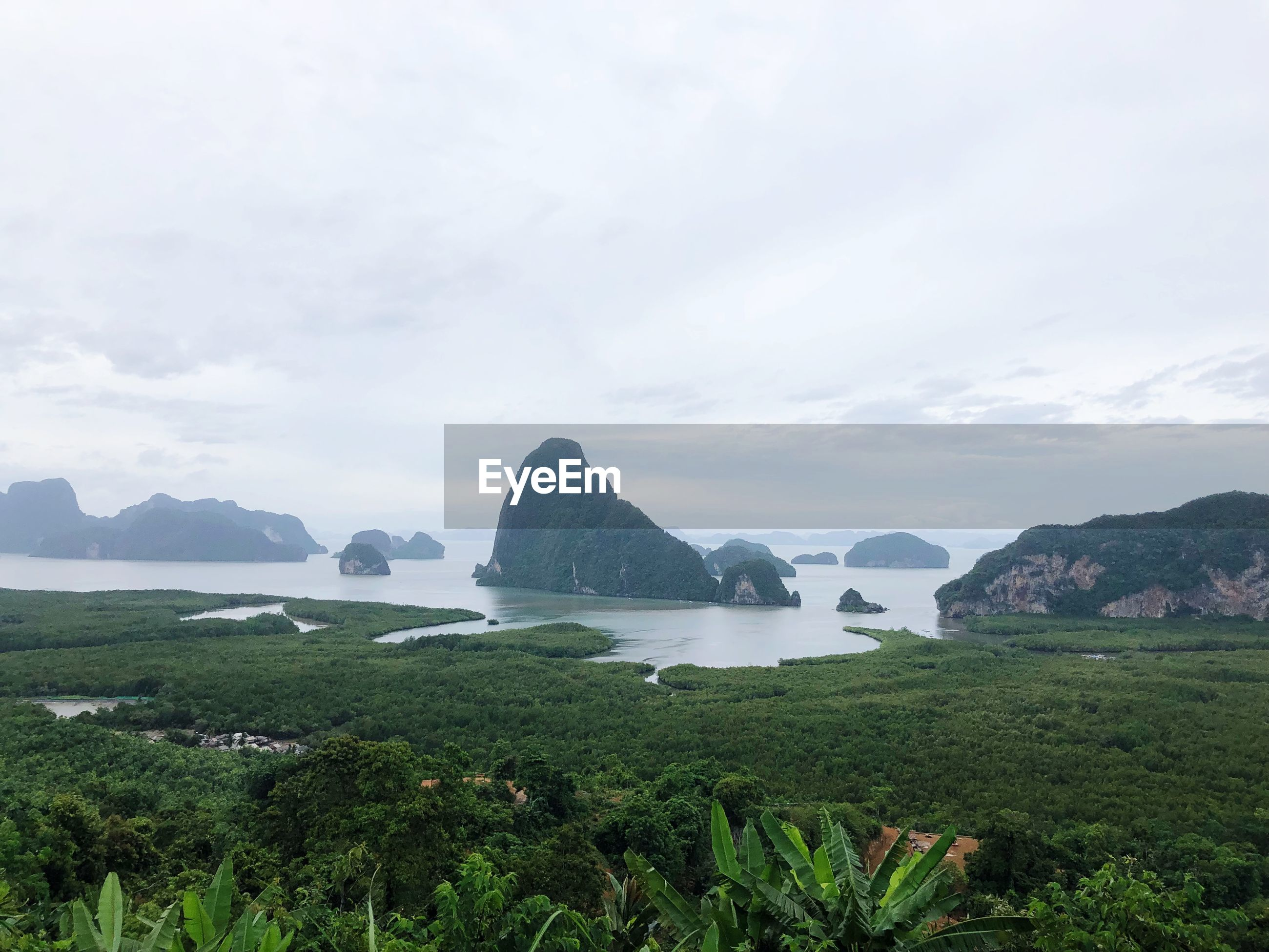 SCENIC VIEW OF SEA AND MOUNTAIN AGAINST SKY