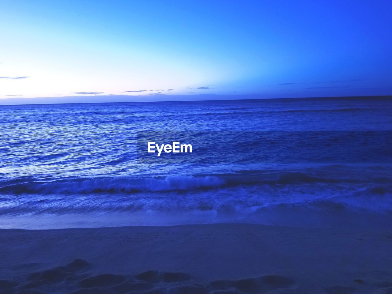 sea, water, sky, beauty in nature, scenics - nature, tranquil scene, tranquility, horizon over water, blue, horizon, beach, nature, idyllic, motion, land, no people, sunset, wave, outdoors