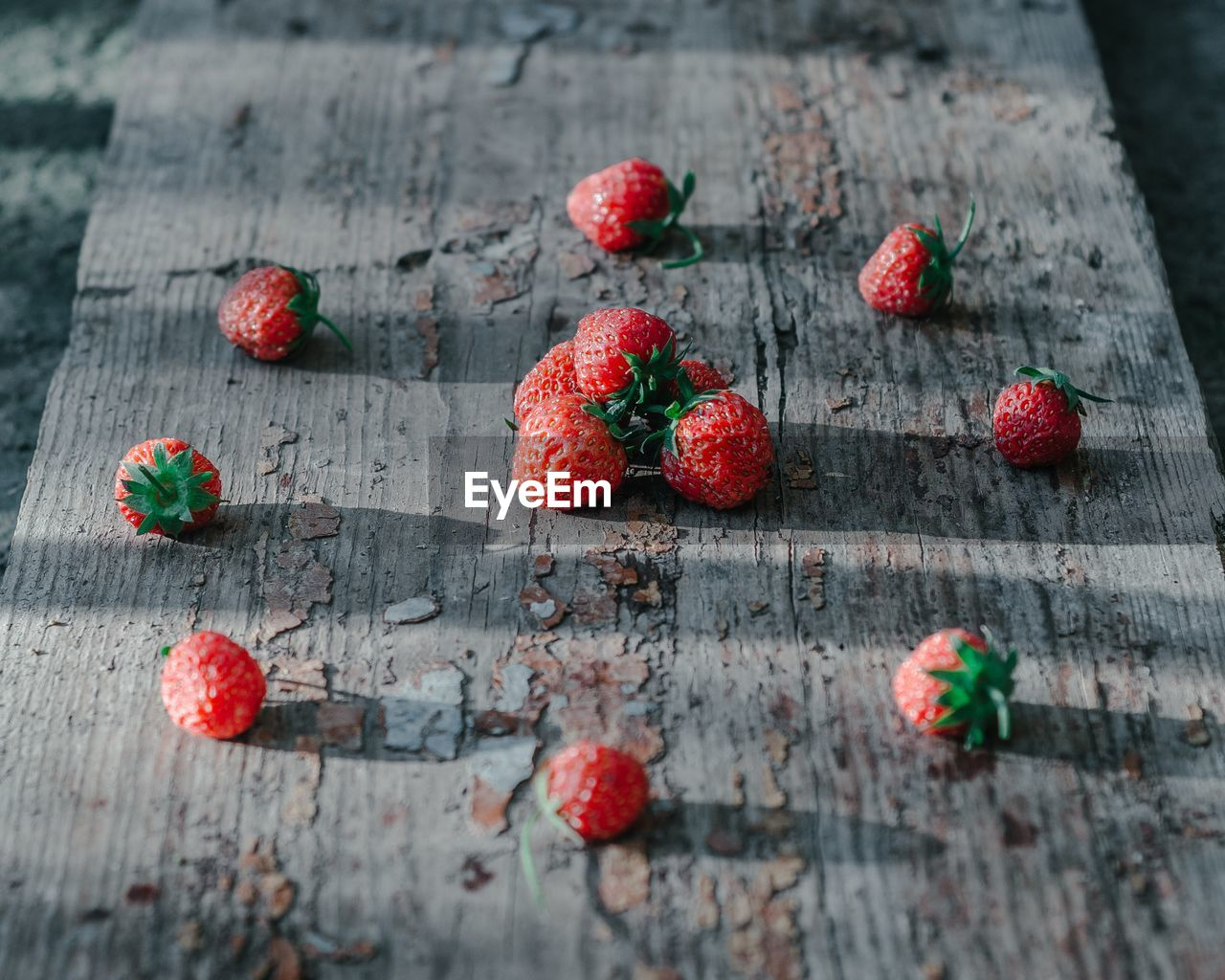 wood - material, food, food and drink, healthy eating, fruit, red, wellbeing, berry fruit, close-up, freshness, no people, selective focus, table, indoors, day, still life, high angle view, focus on foreground, nature, plant, ripe