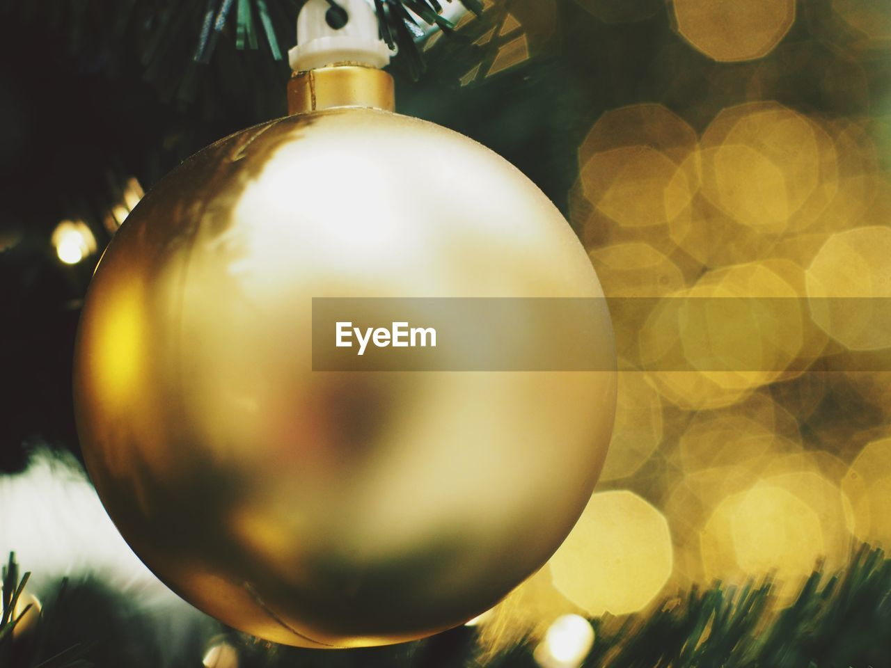 christmas decoration, christmas, close-up, decoration, christmas ornament, celebration, holiday, shiny, sphere, no people, gold colored, selective focus, hanging, shape, holiday - event, focus on foreground, indoors, defocused, event