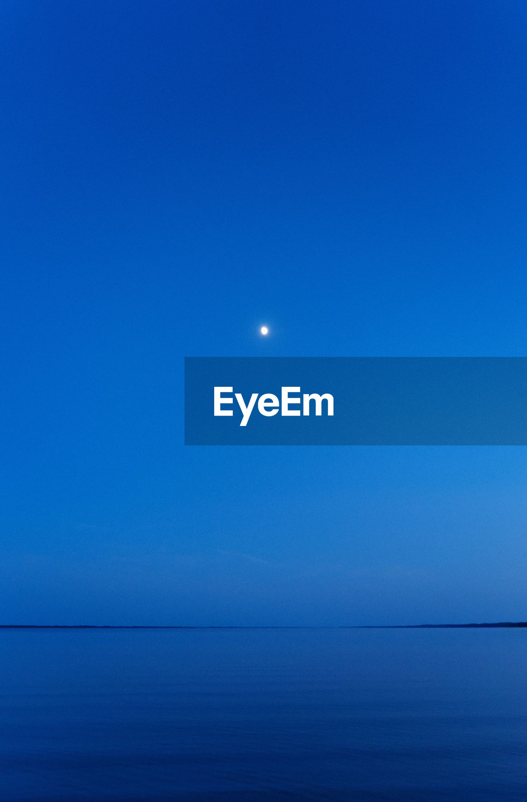 moon, sea, scenics, tranquil scene, nature, beauty in nature, tranquility, horizon over water, water, blue, copy space, idyllic, clear sky, night, no people, outdoors, half moon, crescent, sky, astronomy