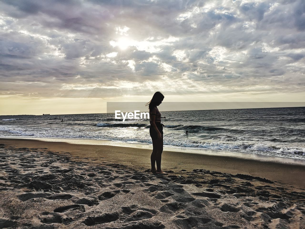 sea, beach, land, water, sky, horizon over water, horizon, beauty in nature, scenics - nature, one person, cloud - sky, lifestyles, real people, leisure activity, sand, standing, nature, sunset, outdoors