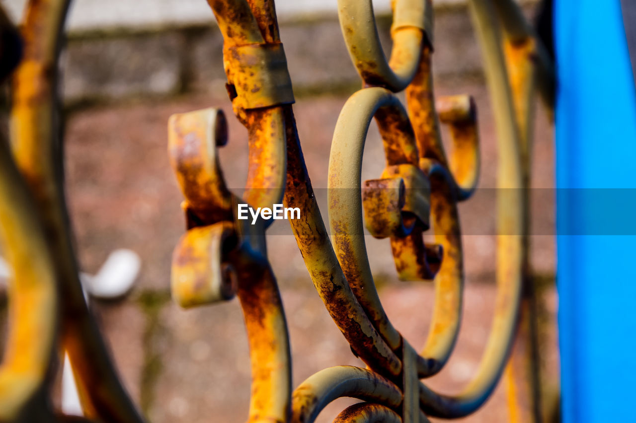 metal, rusty, day, close-up, focus on foreground, selective focus, machinery, outdoors, no people, connection, equipment, nature, machine part, industry, weathered, chain, damaged, fence, wheel
