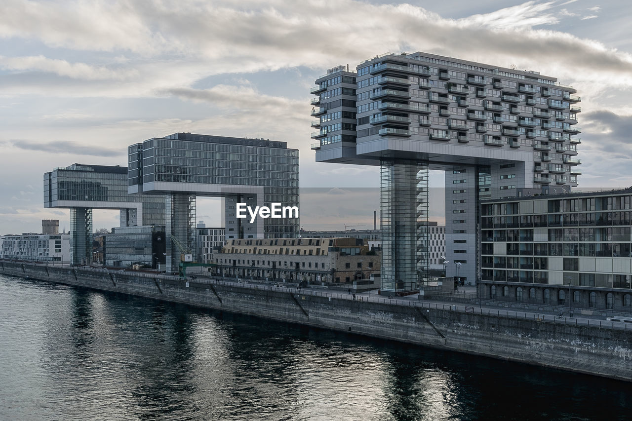 architecture, building exterior, built structure, cloud - sky, sky, city, water, river, day, waterfront, outdoors, no people, modern, skyscraper