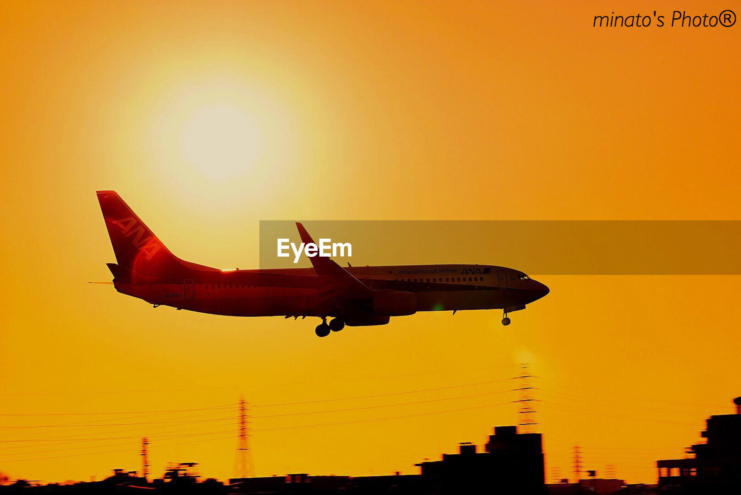sunset, orange color, silhouette, flying, transportation, mode of transport, architecture, building exterior, built structure, copy space, travel, airplane, clear sky, sun, air vehicle, mid-air, sky, outdoors, nature, city