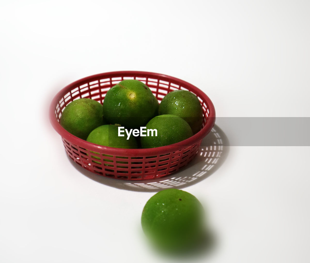 food, food and drink, studio shot, white background, green color, still life, freshness, fruit, bowl, wellbeing, healthy eating, indoors, no people, basket, red, copy space, close-up, container, granny smith apple, apple