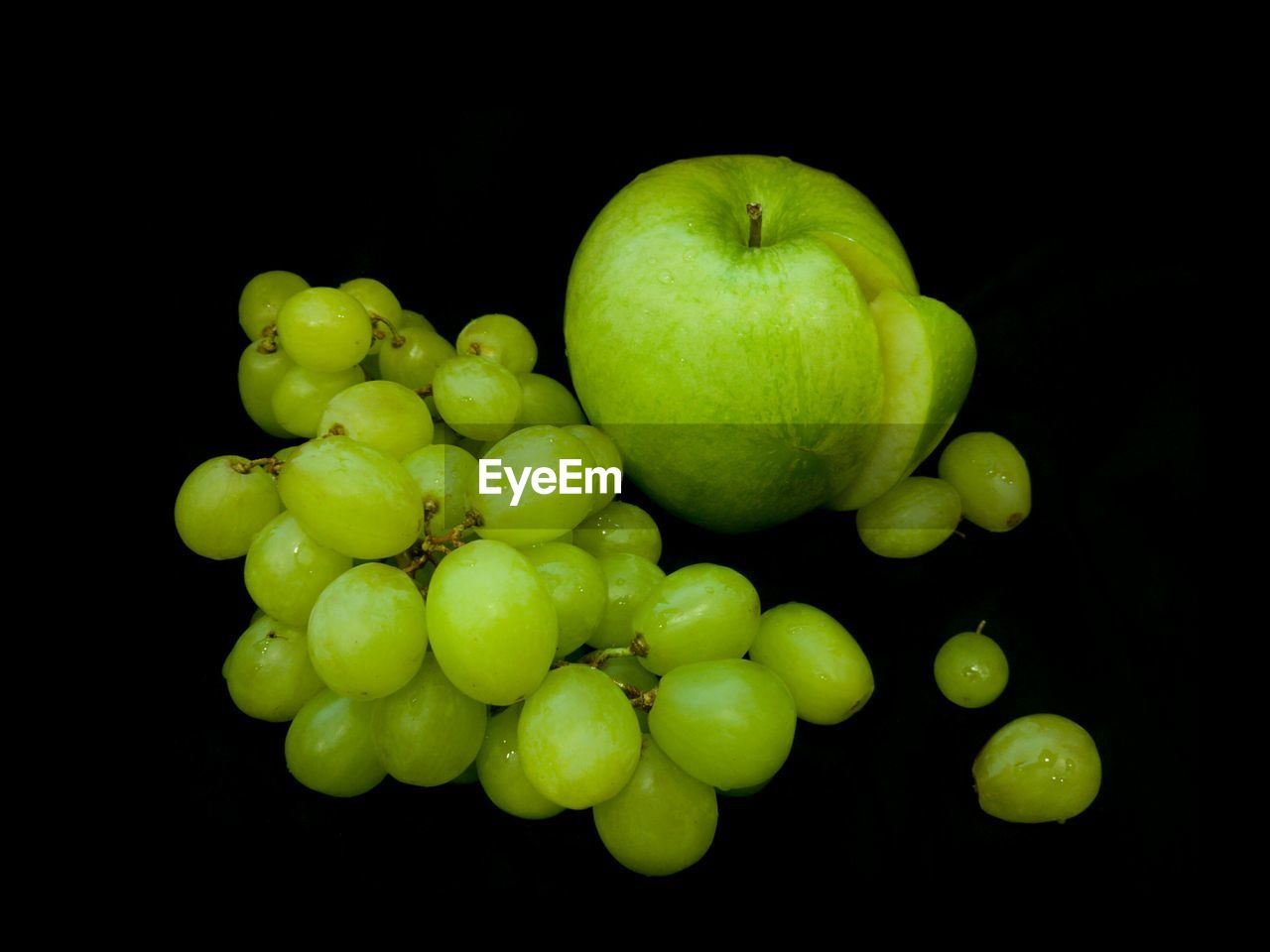 black background, fruit, studio shot, green color, food and drink, food, healthy eating, freshness, grape, bunch, no people, growth, close-up, granny smith apple, vine - plant, nature, outdoors, day