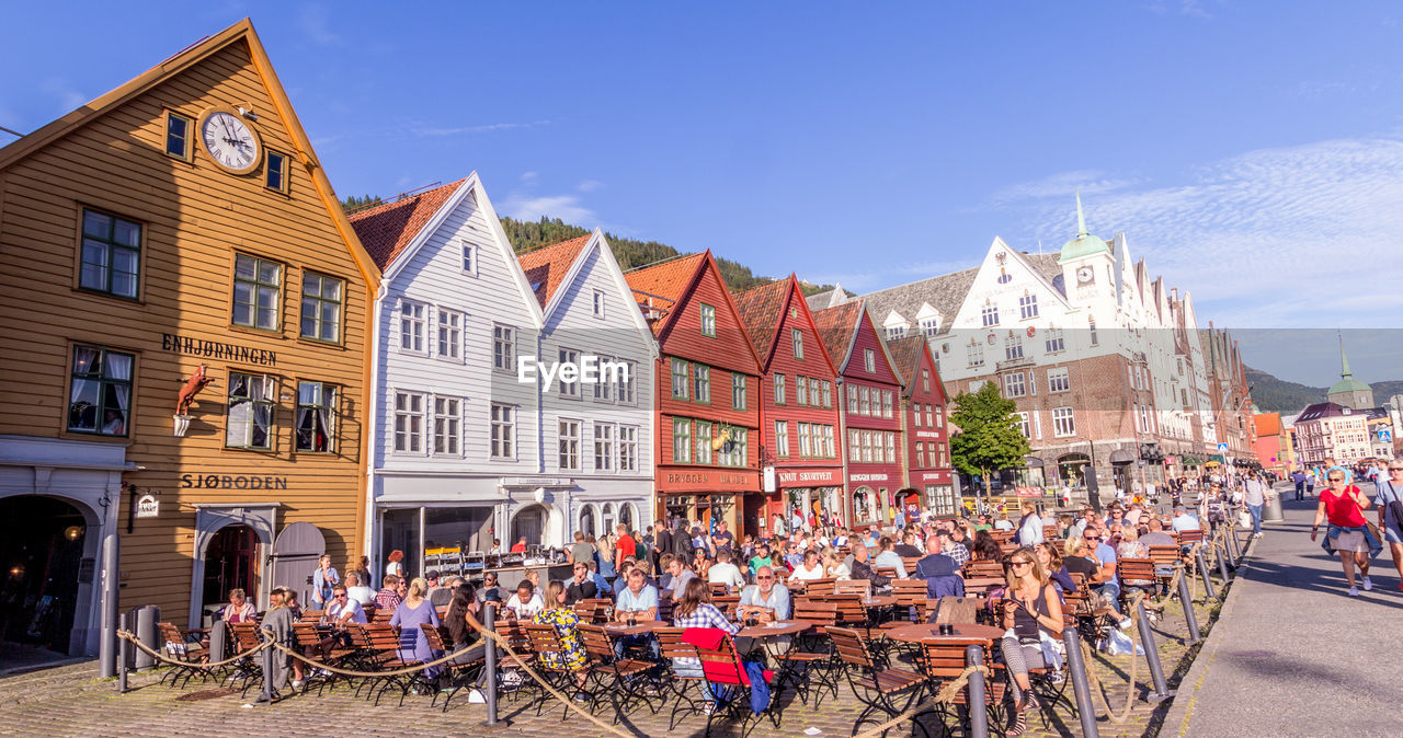 building exterior, architecture, crowd, group of people, built structure, large group of people, sky, real people, city, day, building, women, nature, men, adult, street, outdoors, lifestyles, sunlight, row house
