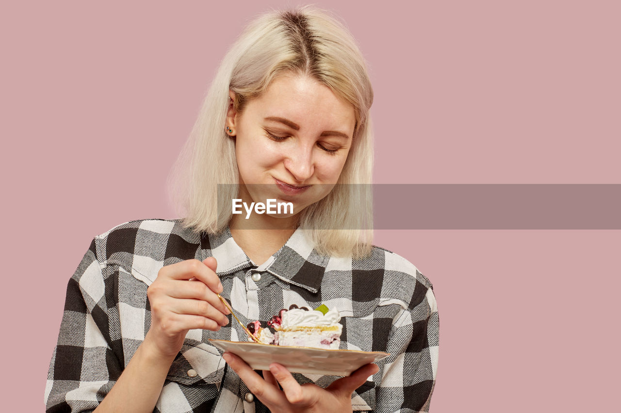 PORTRAIT OF YOUNG WOMAN EATING FOOD