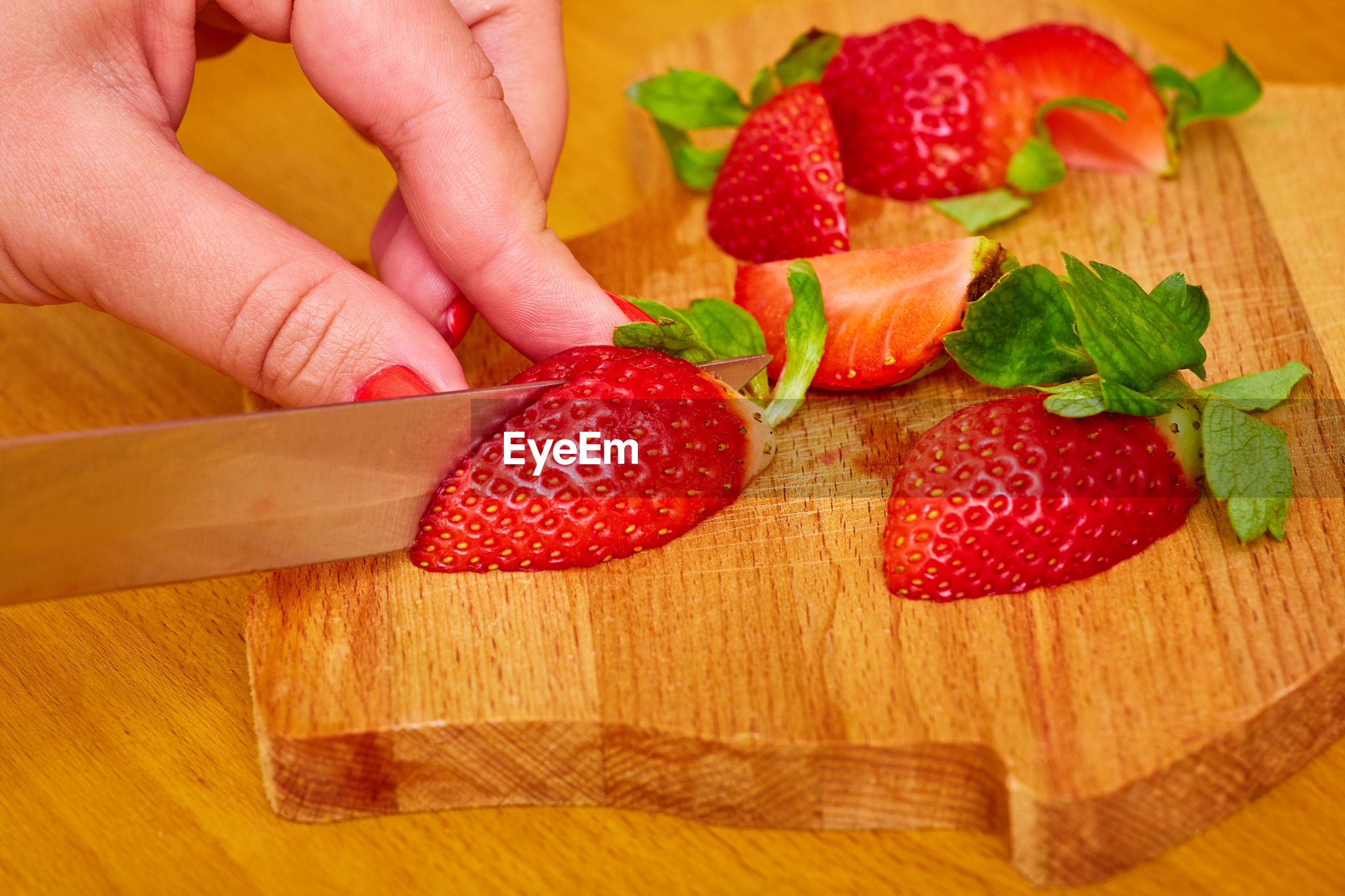 CROPPED IMAGE OF HAND HOLDING STRAWBERRIES IN PLATE