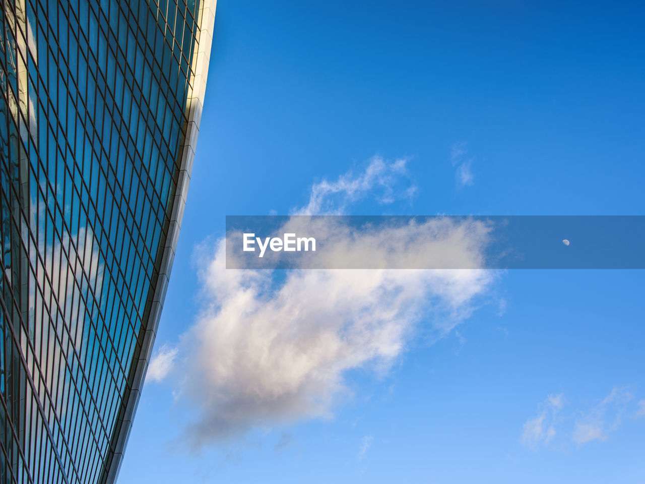 sky, blue, low angle view, nature, cloud - sky, building exterior, no people, architecture, built structure, day, building, outdoors, city, office building exterior, modern, sport, office, sunlight, net - sports equipment, reflection, skyscraper