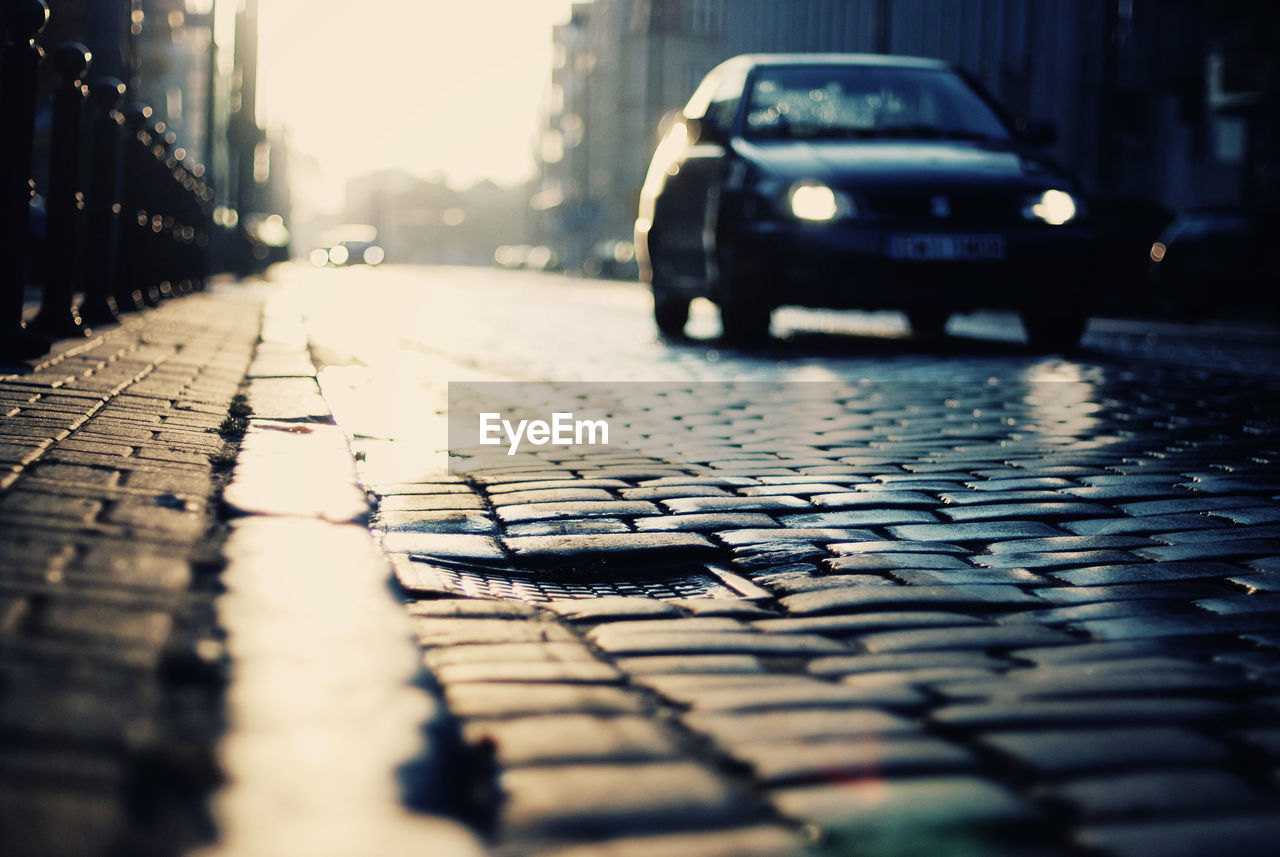 car, land vehicle, transportation, street, mode of transport, no people, day, outdoors, city, architecture, close-up