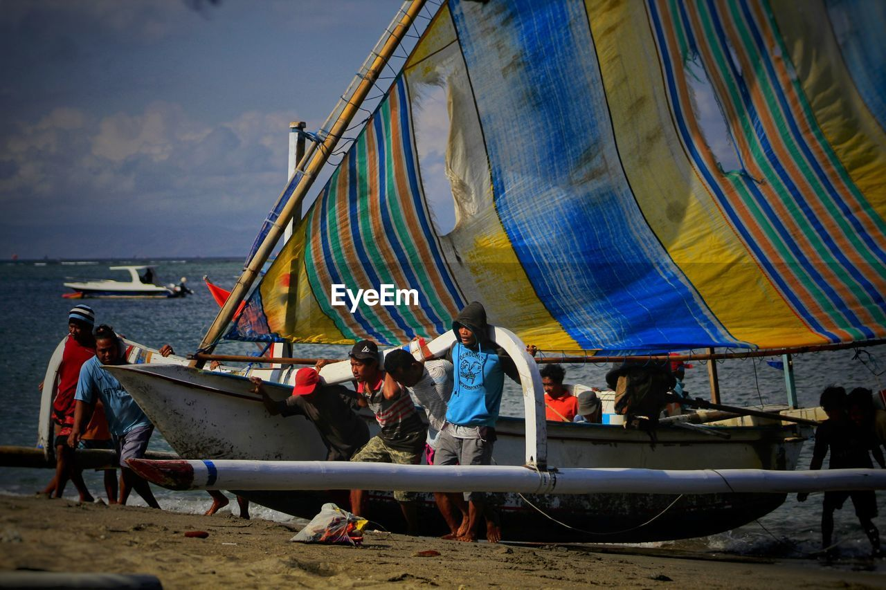 group of people, real people, men, sky, water, nature, nautical vessel, transportation, lifestyles, sea, leisure activity, group, people, mode of transportation, day, adult, medium group of people, cloud - sky, beach, outdoors
