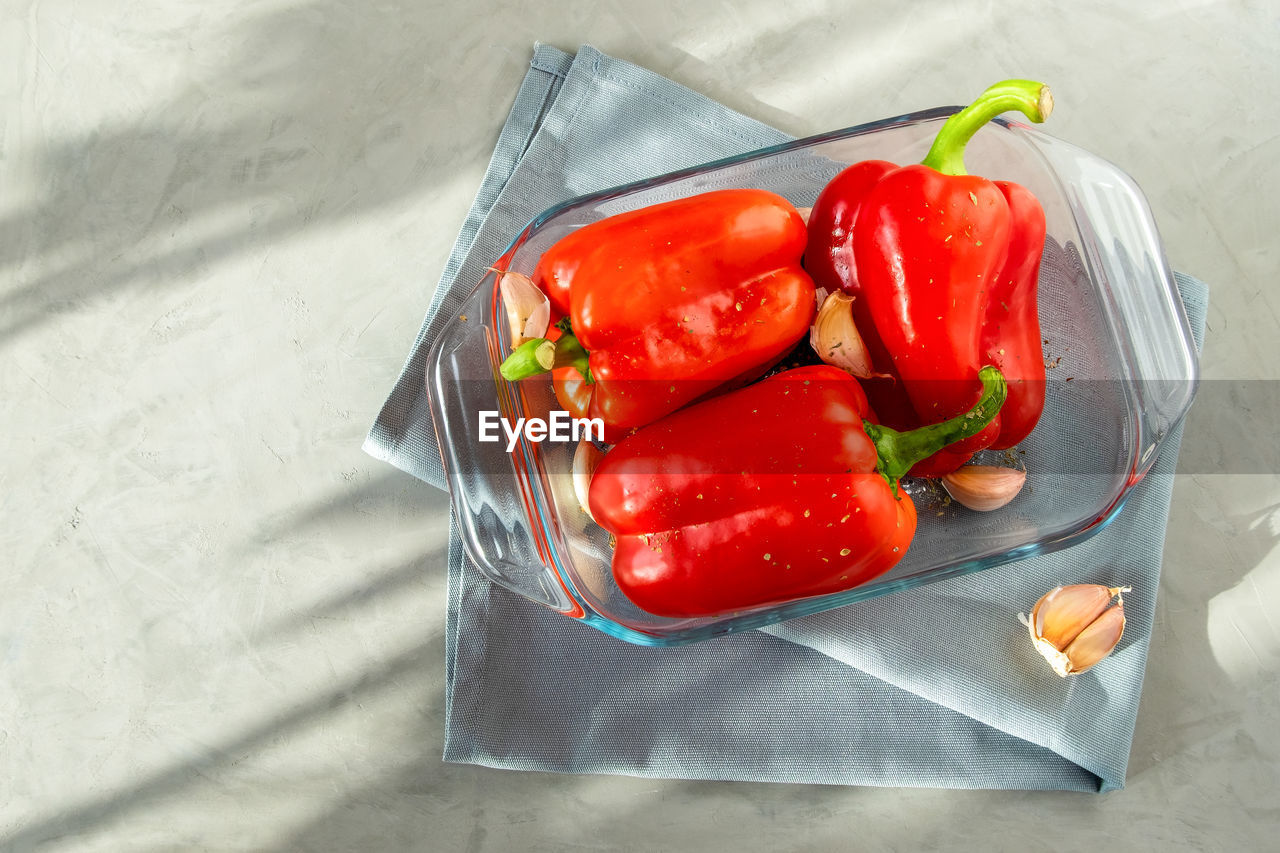 HIGH ANGLE VIEW OF RED BELL PEPPER ON TABLE