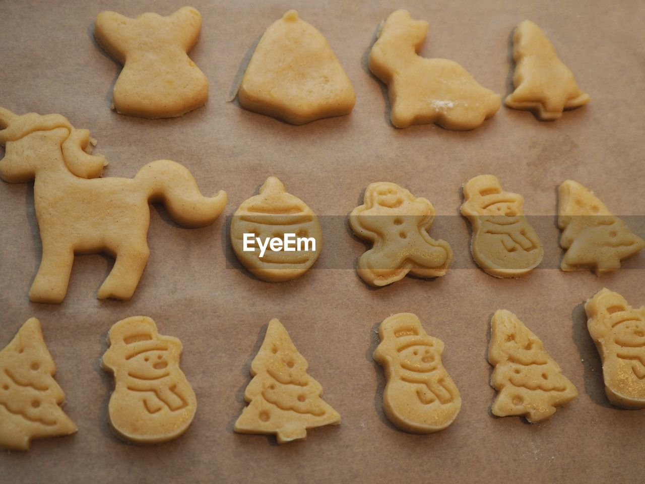 cookie, food and drink, food, baked, sweet food, freshness, indoors, large group of objects, still life, no people, close-up, high angle view, representation, shape, temptation, homemade, indulgence, text, western script, letter, gingerbread cookie, snack