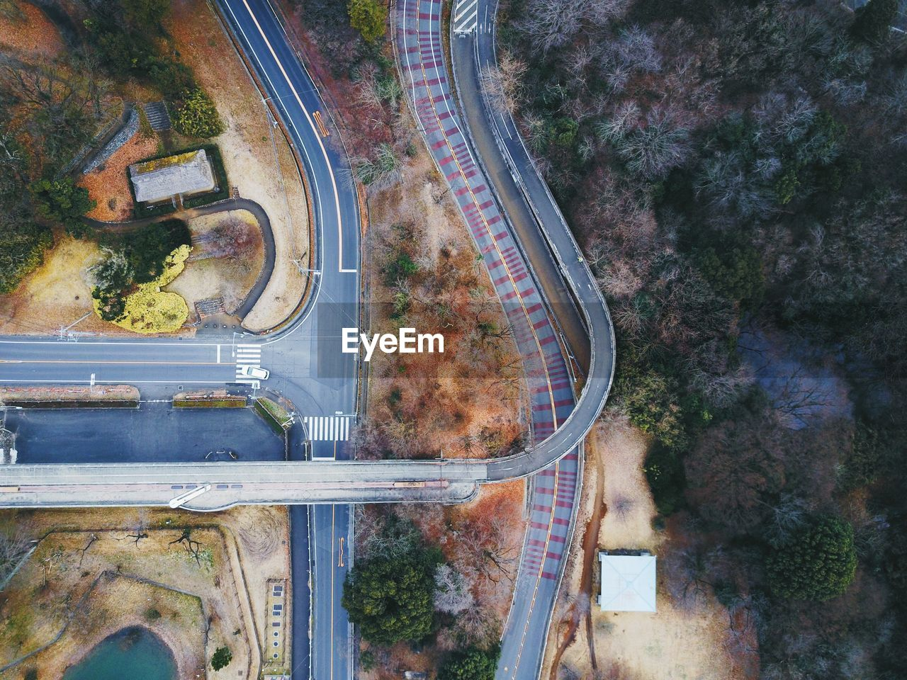 HIGH ANGLE VIEW OF ROAD BY BRIDGE IN CITY