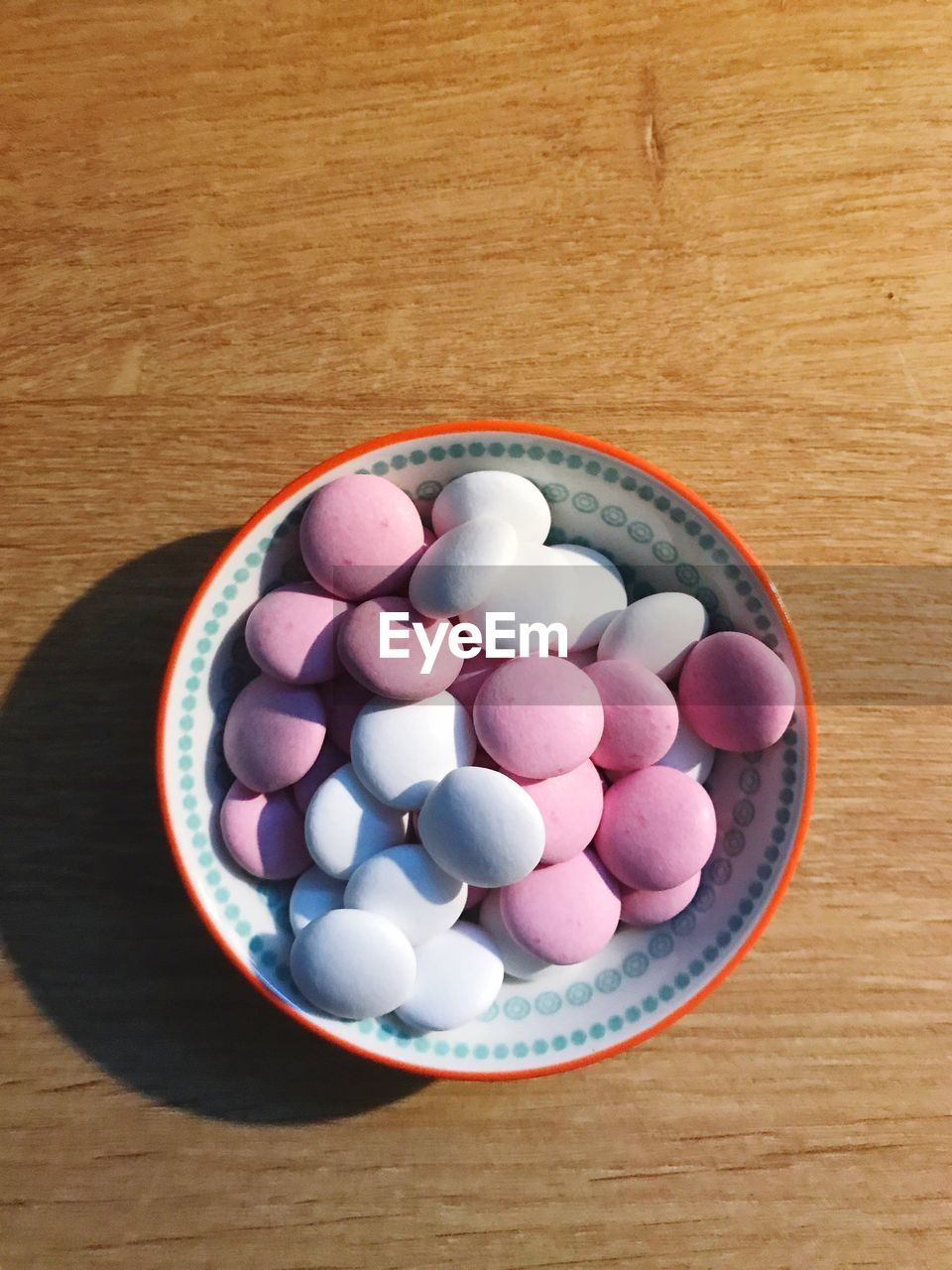 HIGH ANGLE VIEW OF CANDIES IN BOWL ON TABLE