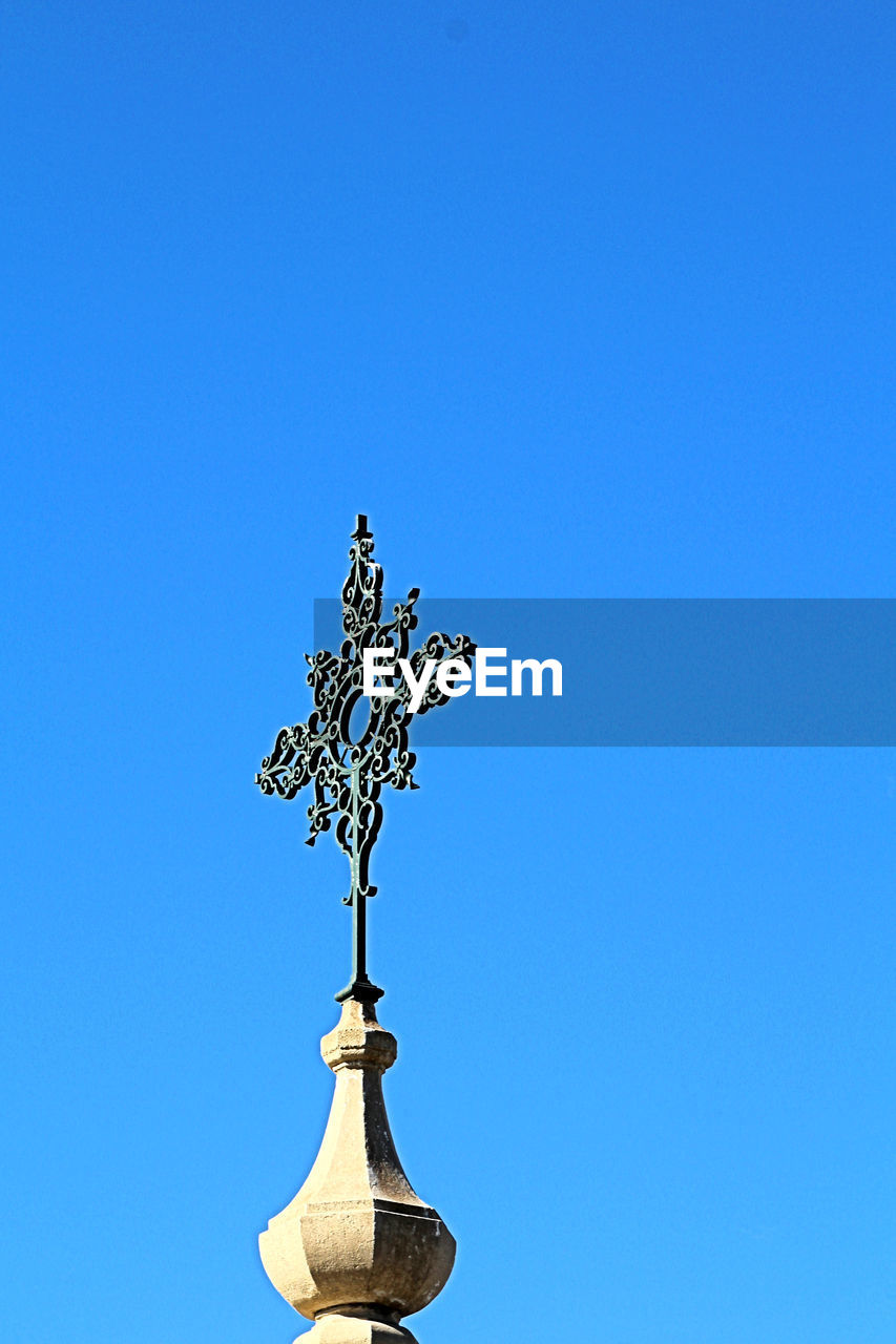 weather vane, clear sky, animal representation, copy space, blue, direction, no people, guidance, outdoors, day, nature, sky, navigational compass