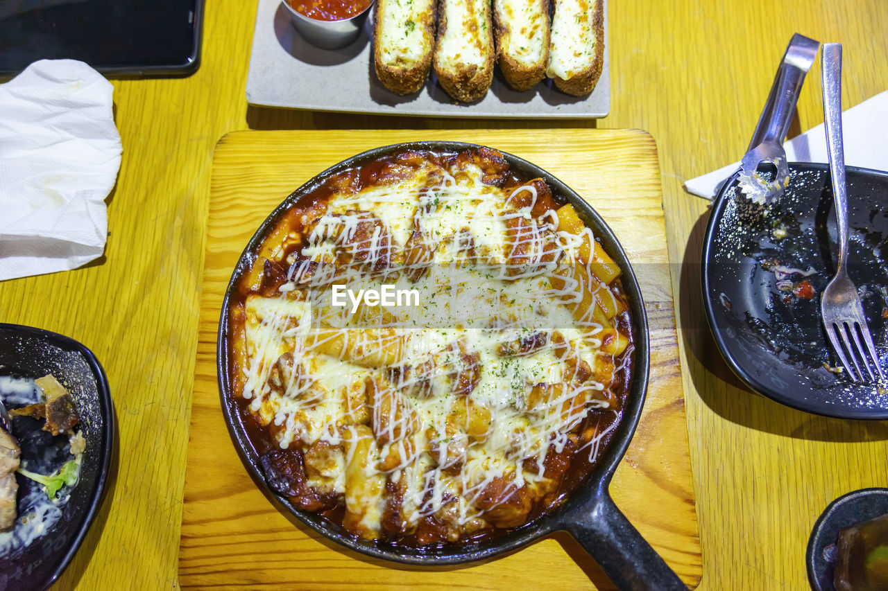 HIGH ANGLE VIEW OF PIZZA IN GLASS ON TABLE