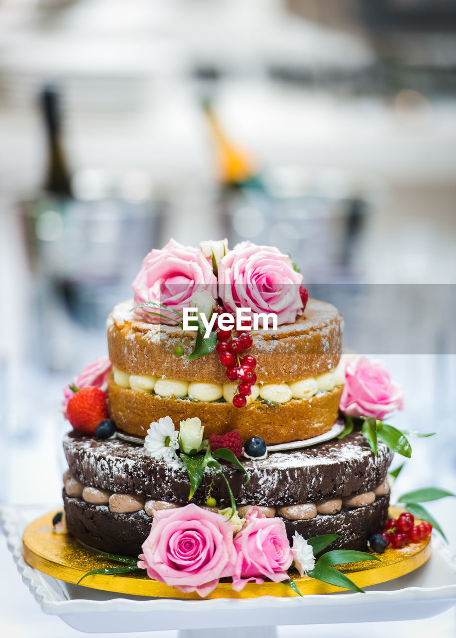 CLOSE-UP OF CHOCOLATE CAKE WITH FLOWERS