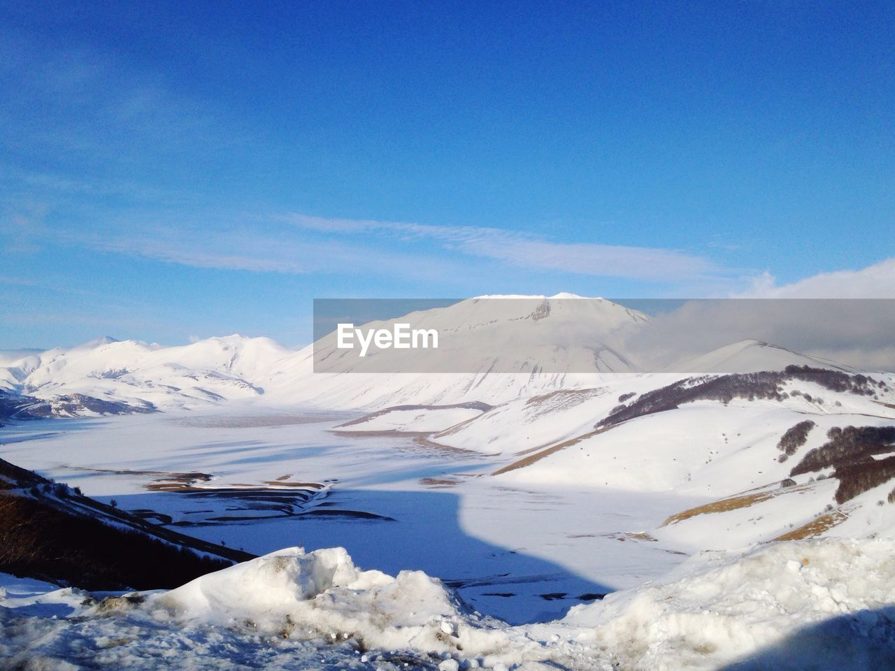 scenics, beauty in nature, tranquil scene, tranquility, nature, mountain, snow, cold temperature, no people, winter, white color, idyllic, blue, day, snowcapped mountain, outdoors, mountain range, landscape, sky, lake, water, iceberg