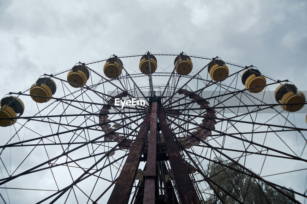 LOW ANGLE VIEW OF WHEEL AGAINST SKY
