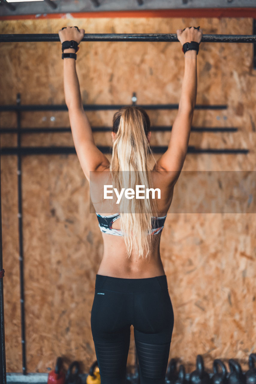 real people, leisure activity, rear view, young women, young adult, lifestyles, one person, sports clothing, blond hair, healthy lifestyle, long hair, sport, exercising, one young woman only, exercise equipment, day, outdoors, adult, people, adults only