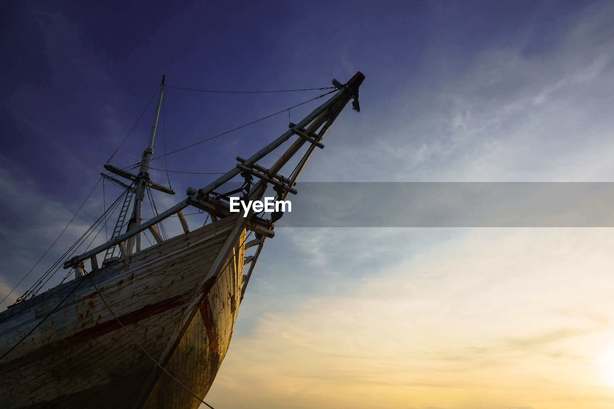 LOW ANGLE VIEW OF SAILBOAT IN SEA AGAINST SKY