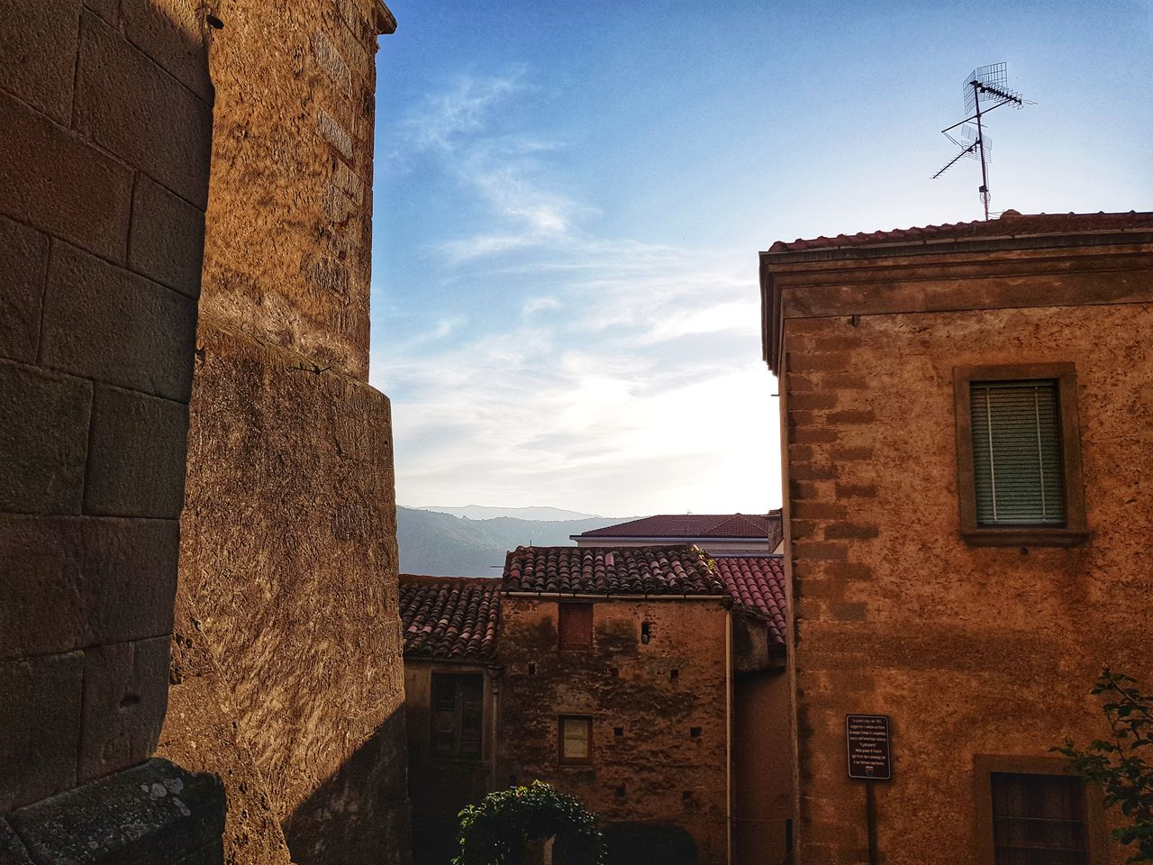 architecture, built structure, building exterior, building, sky, cloud - sky, nature, no people, residential district, low angle view, day, window, outdoors, old, house, wall, history, city, wall - building feature, the past, stone wall