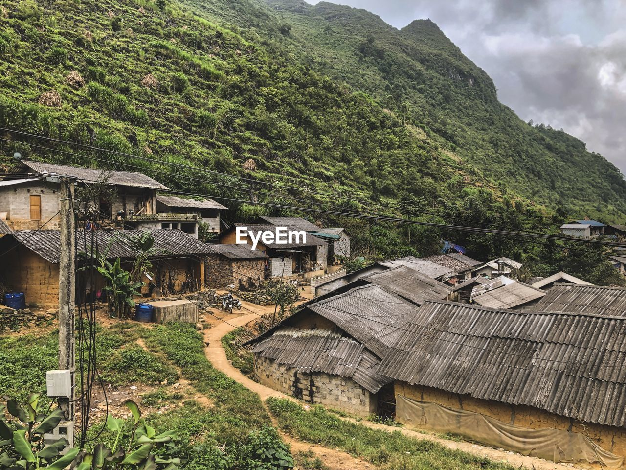HIGH ANGLE VIEW OF HOUSES AND TREES ON MOUNTAIN