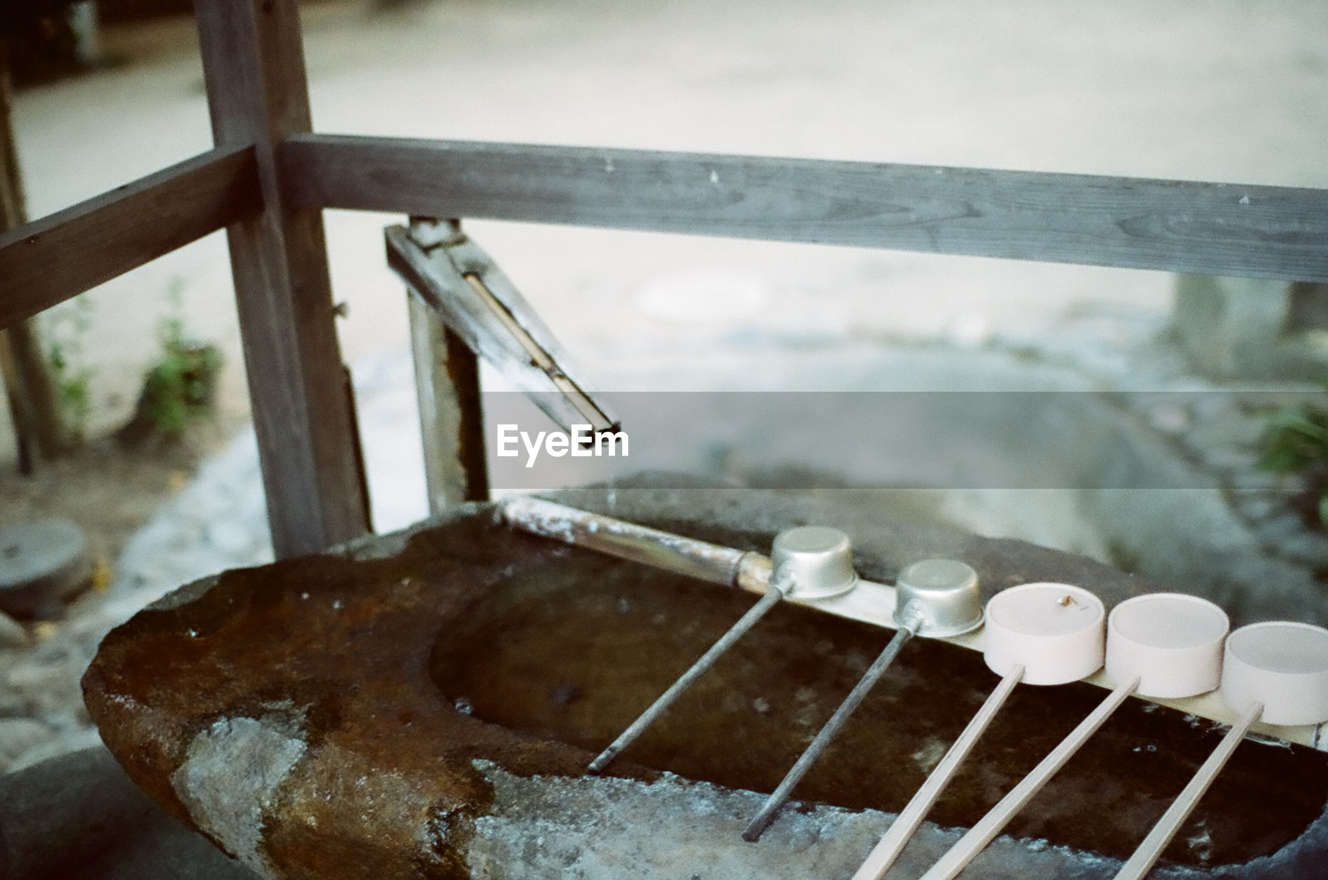 HIGH ANGLE VIEW OF CROSS ON BARBECUE GRILL