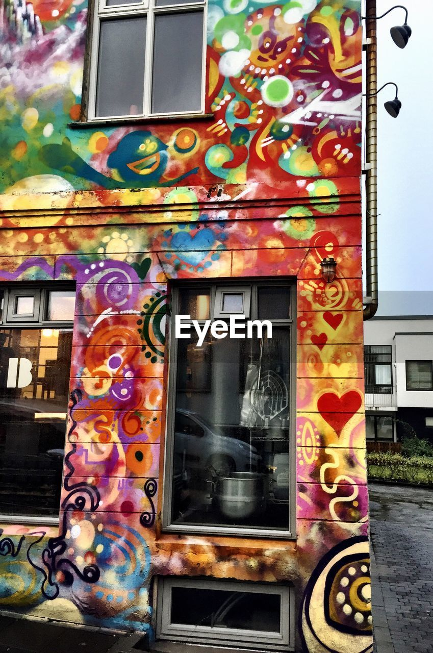 built structure, building exterior, architecture, multi colored, graffiti, window, street art, no people, outdoors, close-up, day, city