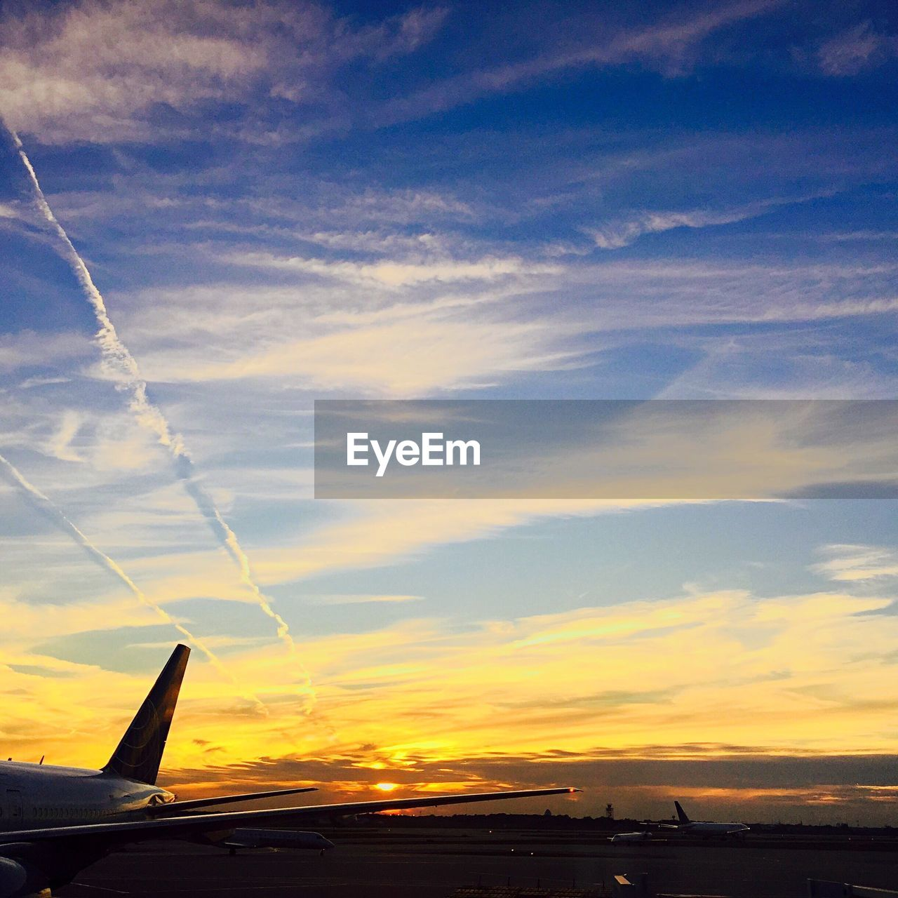 sunset, airplane, transportation, sky, air vehicle, cloud - sky, mode of transport, flying, travel, journey, no people, aircraft wing, nature, beauty in nature, scenics, outdoors, vapor trail, commercial airplane, airplane wing, day