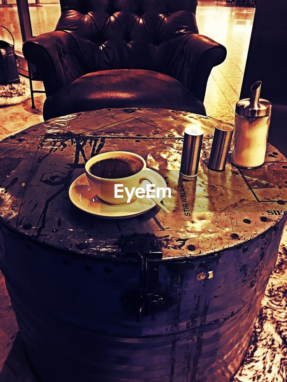 food and drink, coffee cup, coffee - drink, drink, one person, real people, refreshment, men, food, plate, day, sitting, indoors, human body part, human hand, close-up, freshness, people