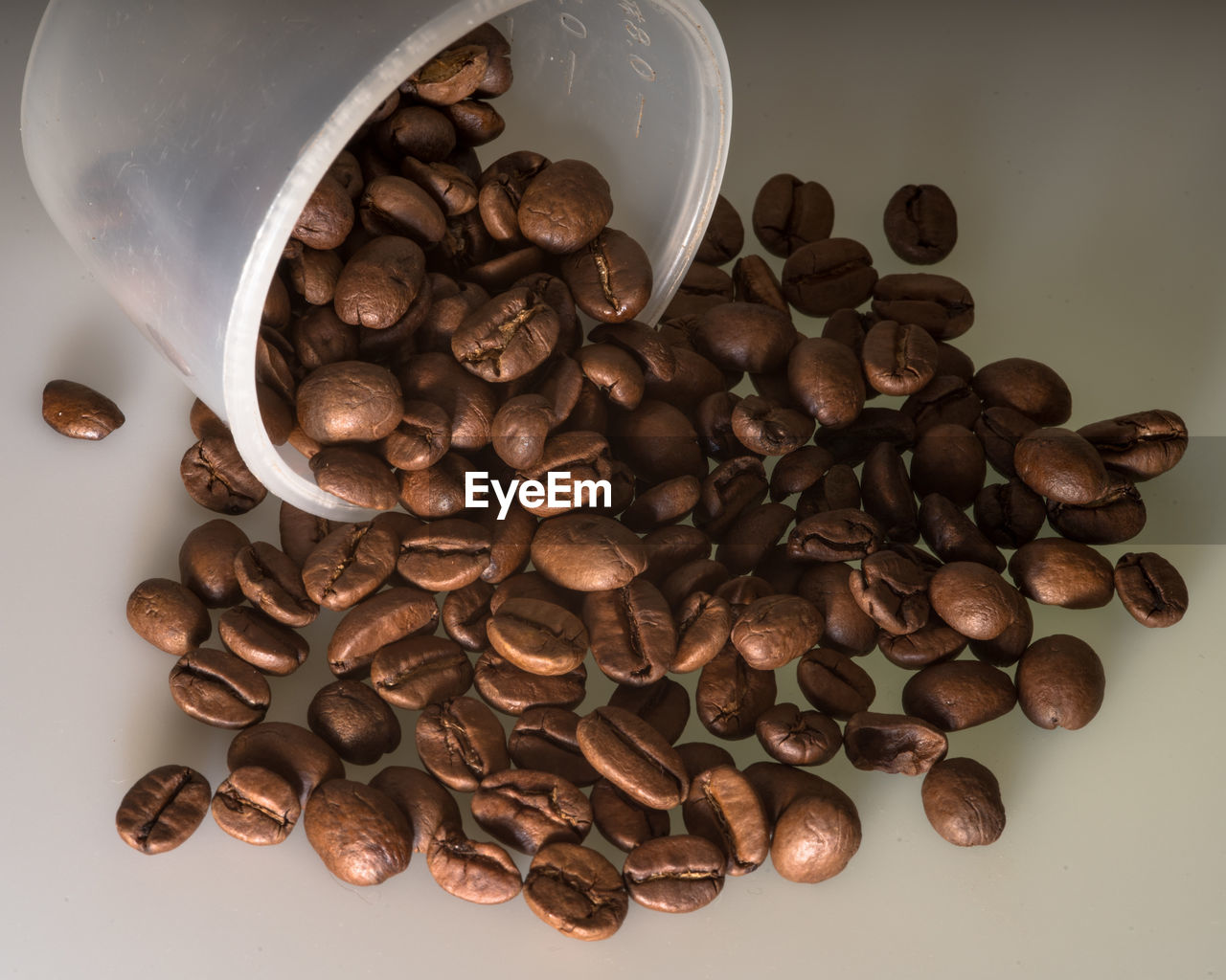 roasted coffee bean, food and drink, coffee bean, large group of objects, still life, raw coffee bean, food, abundance, high angle view, no people, close-up, table, freshness, indoors
