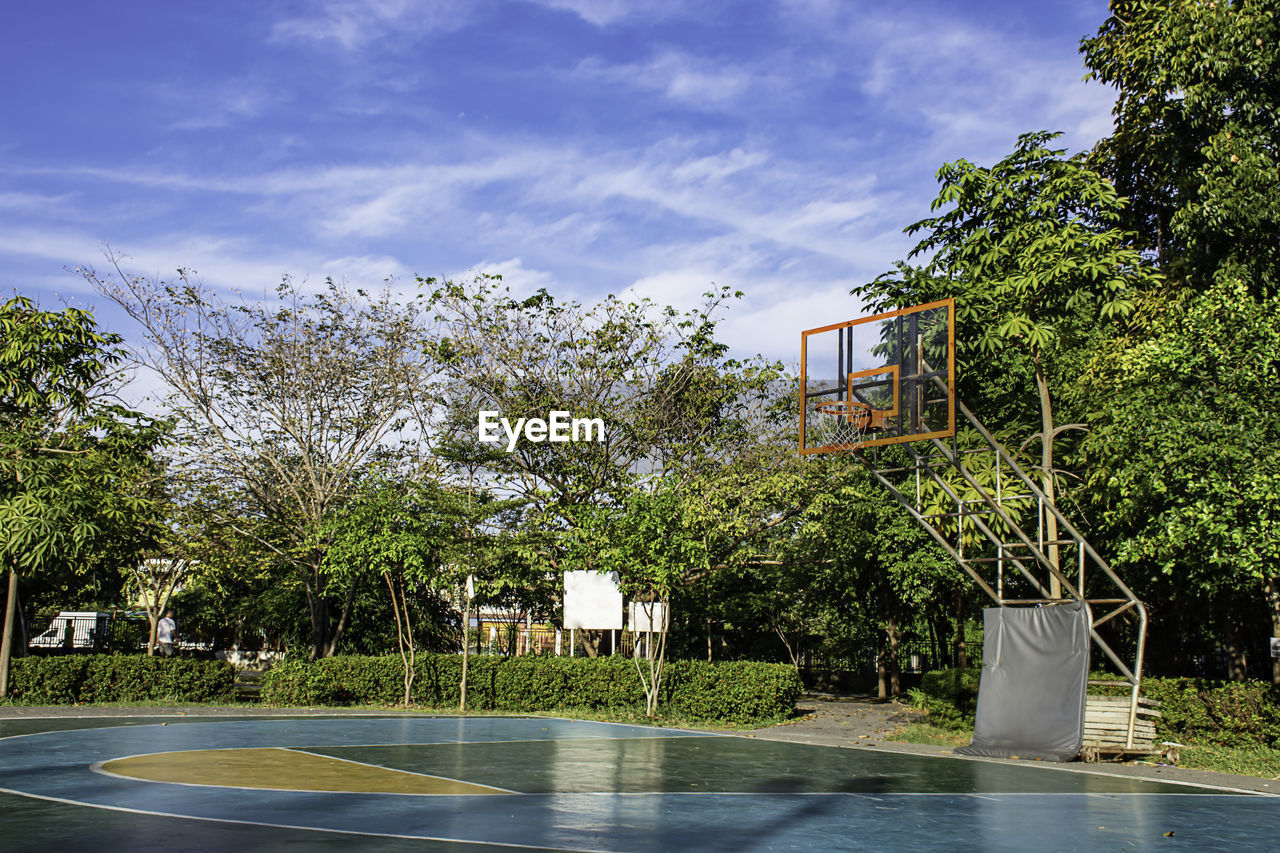 tree, plant, architecture, built structure, sky, building exterior, nature, no people, day, cloud - sky, growth, building, outdoors, beauty in nature, water, sunlight, green color, city, basketball - sport, house, swimming pool