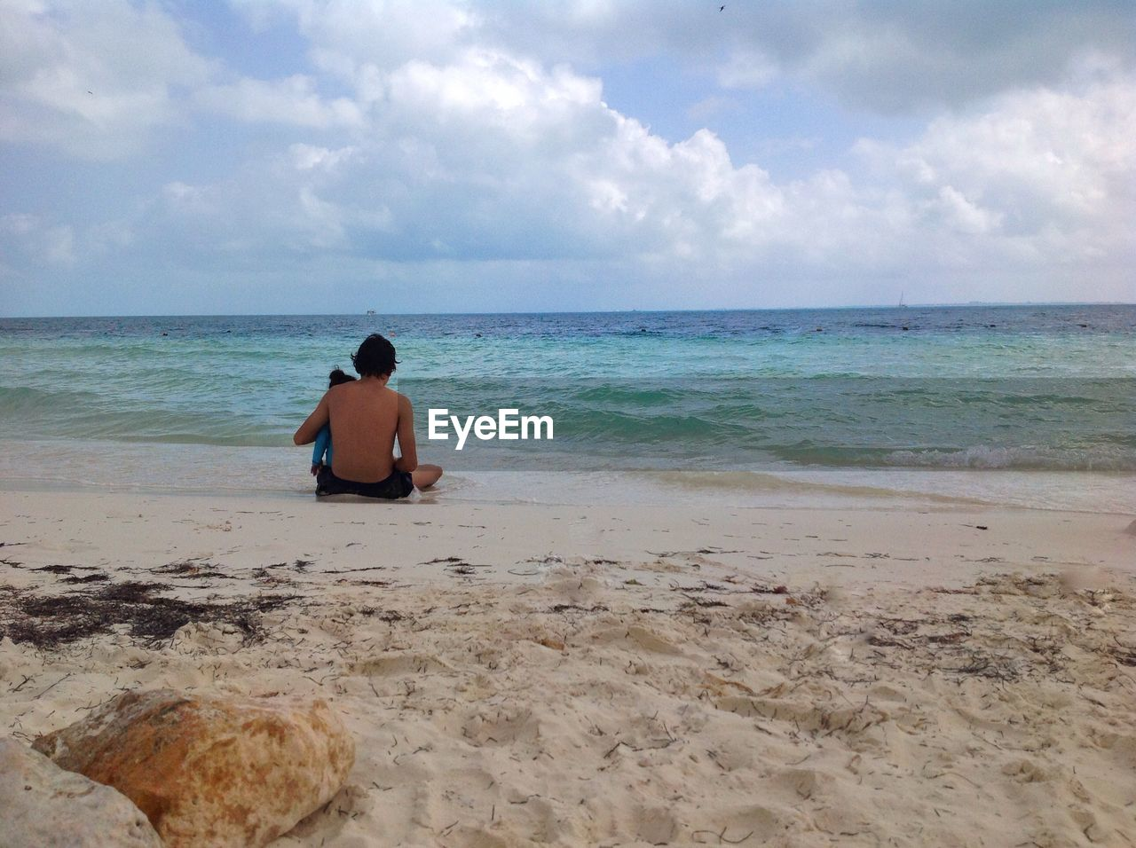 sea, horizon over water, sky, one person, nature, beauty in nature, scenics, beach, water, cloud - sky, rear view, real people, sitting, tranquil scene, tranquility, sand, day, leisure activity, outdoors, lifestyles, vacations, full length, young adult, people