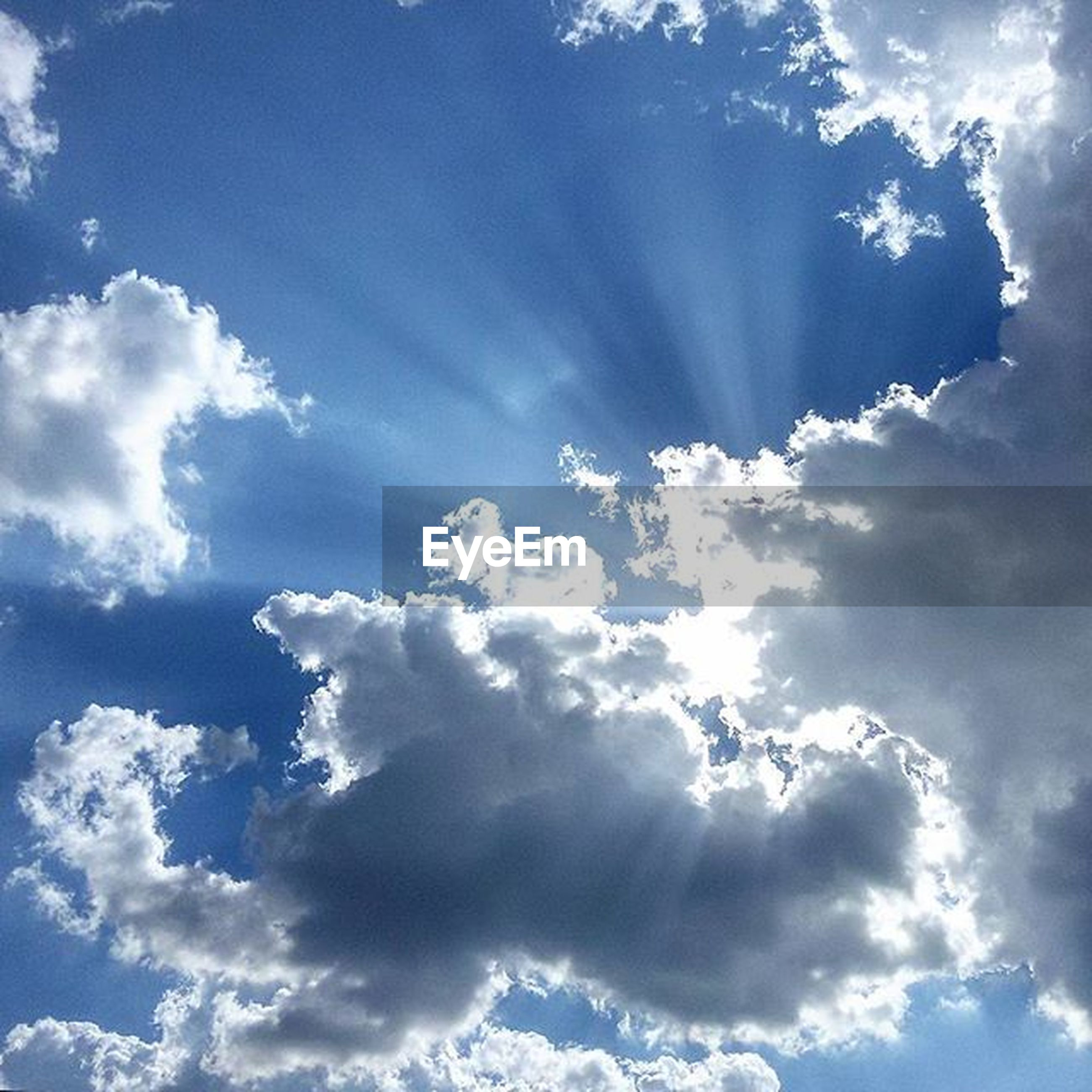 sky, low angle view, cloud - sky, beauty in nature, sky only, tranquility, scenics, blue, tranquil scene, nature, cloudscape, cloudy, cloud, idyllic, backgrounds, white color, sunlight, day, outdoors, majestic