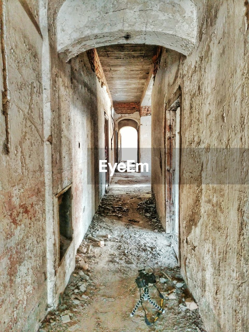 architecture, built structure, arch, old, no people, the way forward, building, day, direction, corridor, history, arcade, the past, indoors, wall - building feature, abandoned, wall, weathered, decline, deterioration, ceiling, ruined