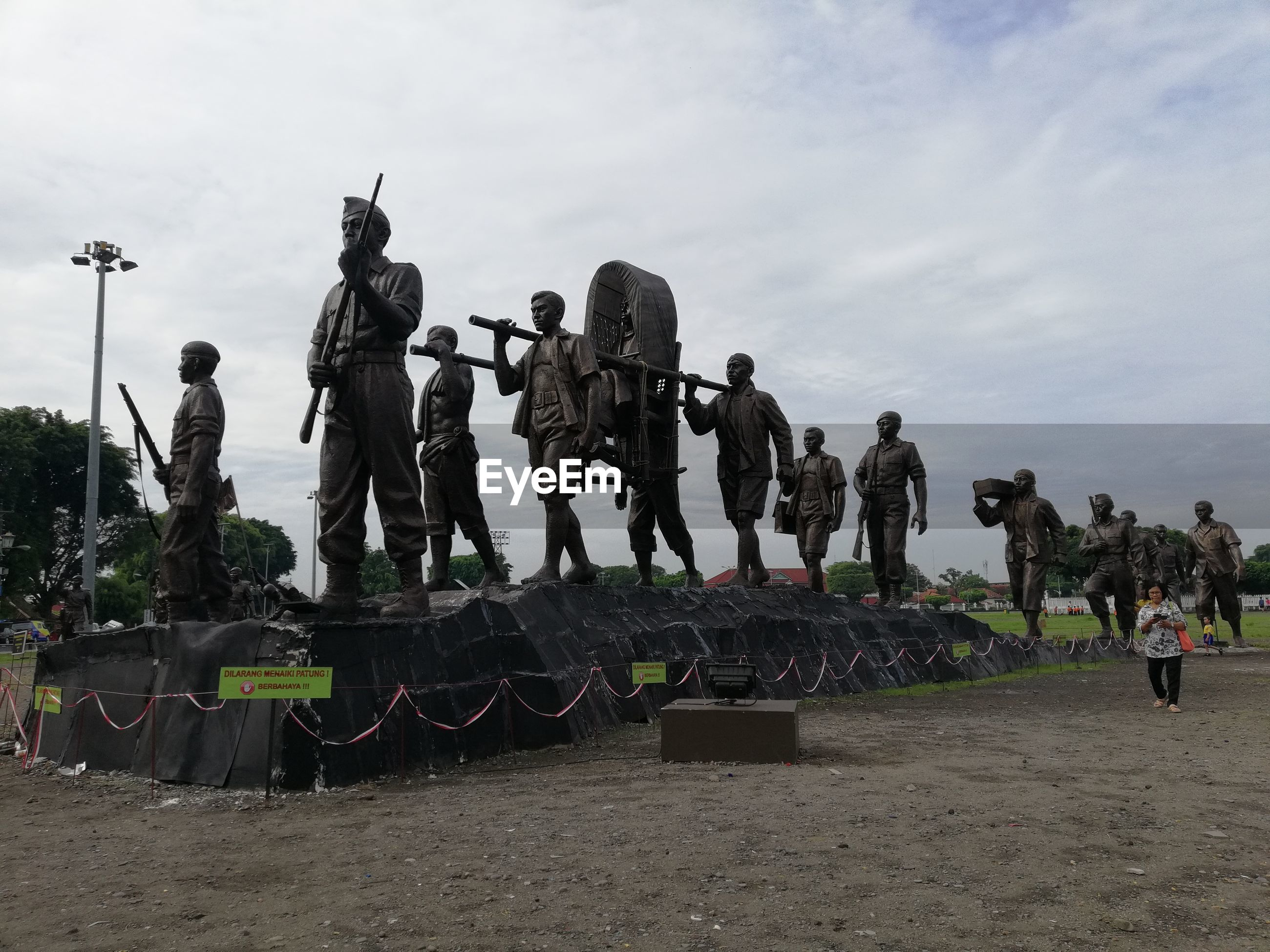 group of people, sky, crowd, large group of people, real people, cloud - sky, nature, army soldier, men, day, military, women, representation, armed forces, outdoors, clothing, government, human representation, lifestyles, uniform