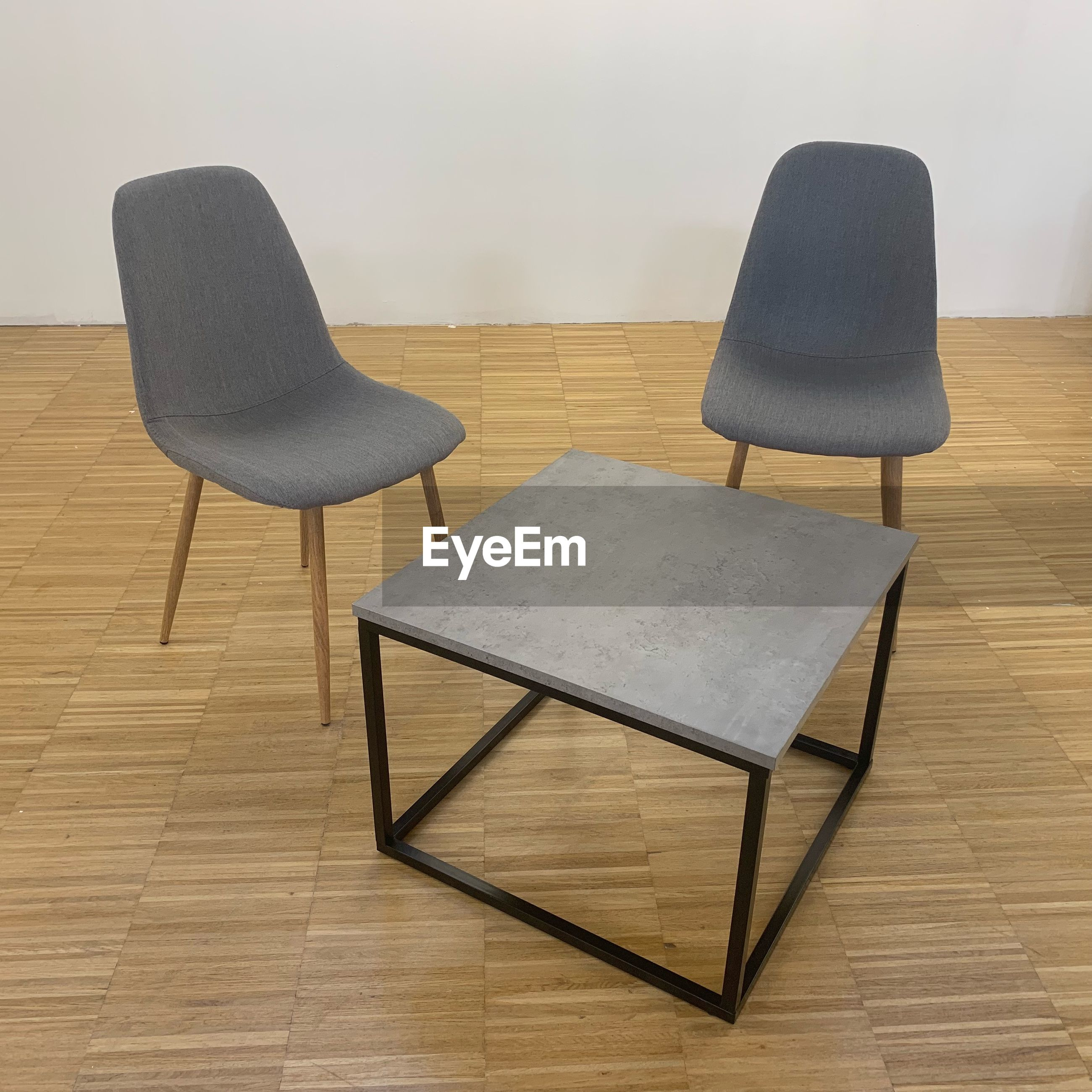 HIGH ANGLE VIEW OF EMPTY CHAIR ON TABLE