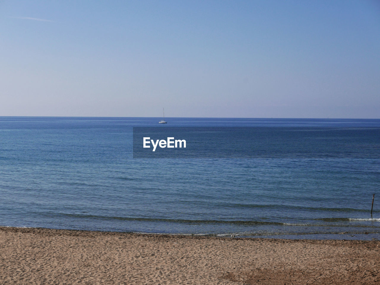 sea, water, horizon, sky, scenics - nature, horizon over water, beauty in nature, tranquility, tranquil scene, land, clear sky, beach, idyllic, copy space, nature, no people, non-urban scene, day, blue
