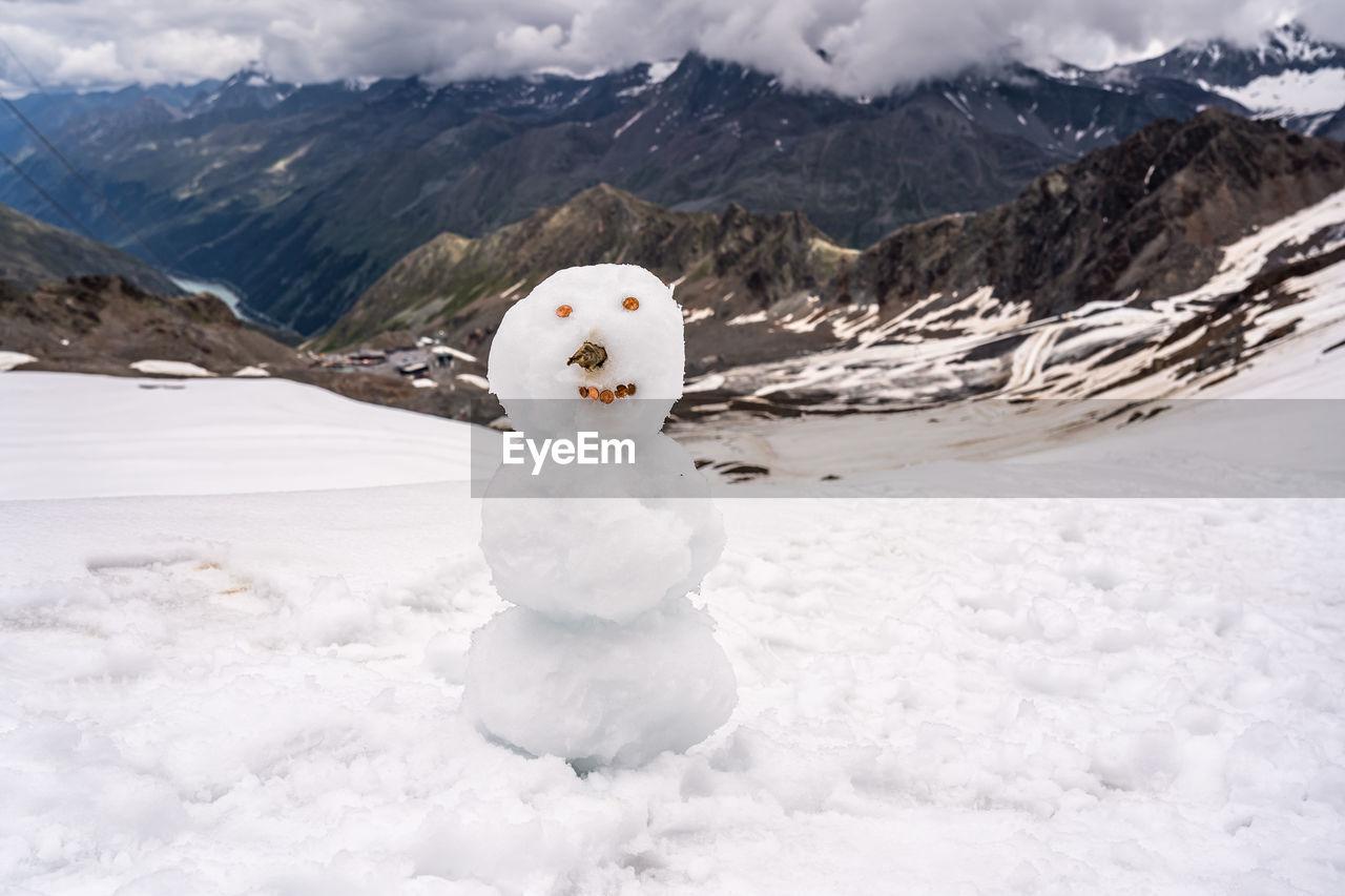 WHITE SNOW ON SNOWCAPPED MOUNTAINS