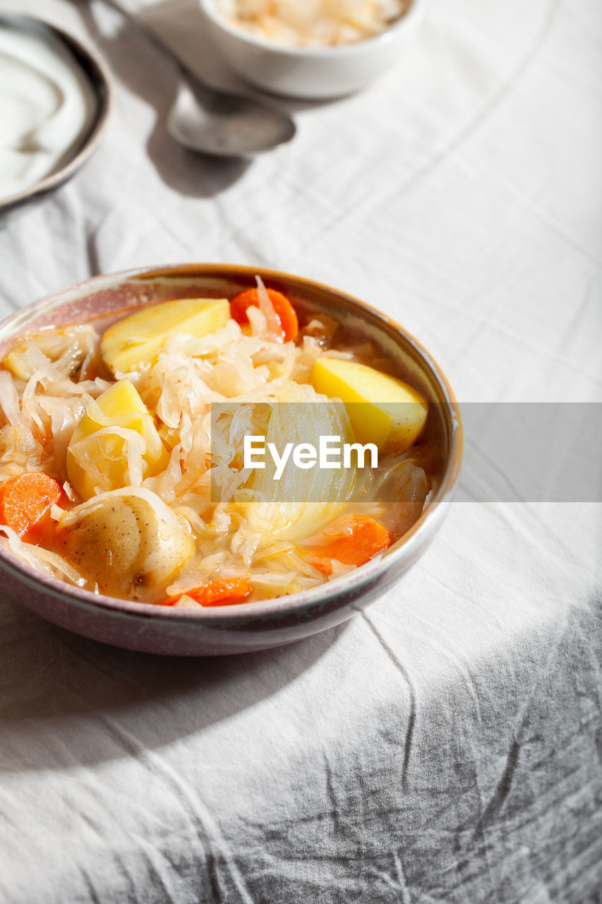 HIGH ANGLE VIEW OF PASTA IN BOWL