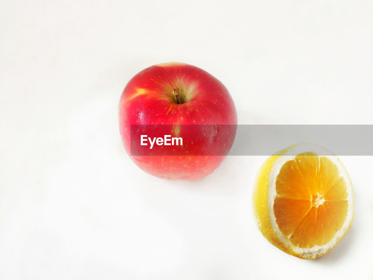 fruit, food and drink, healthy eating, food, wellbeing, studio shot, freshness, still life, white background, indoors, apple - fruit, close-up, no people, copy space, citrus fruit, red, cross section, high angle view, group of objects, slice, orange, ripe