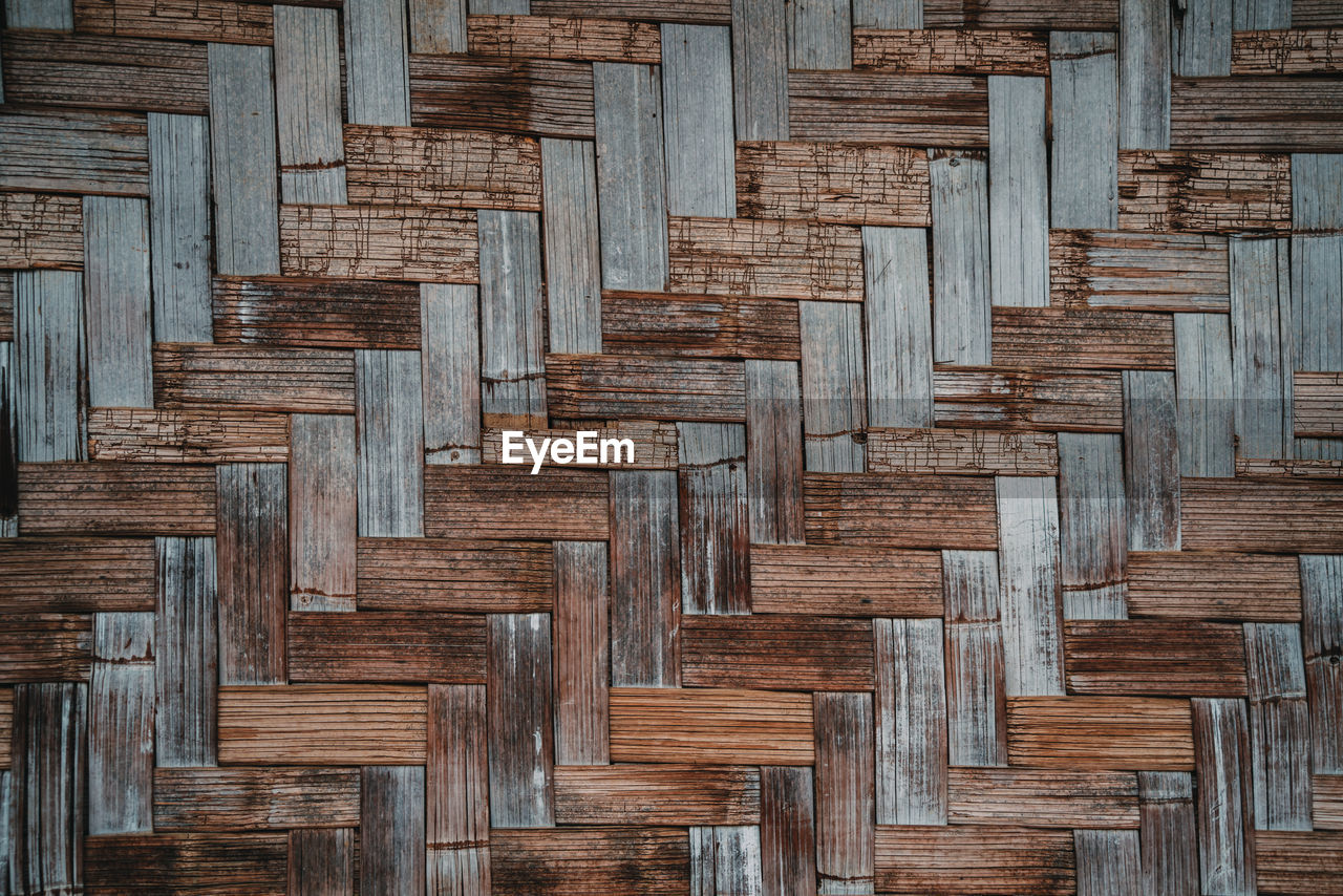 HIGH ANGLE VIEW OF WOODEN PLANKS