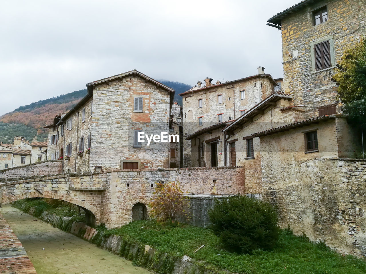 architecture, built structure, building exterior, building, sky, residential district, old, nature, house, cloud - sky, day, no people, wall, window, outdoors, plant, history, the past, low angle view, town, stone wall